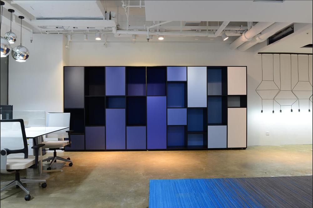 """爱马仕橱窗的""""渐变蓝""""蒂凡利普早就用在办公家具上"""
