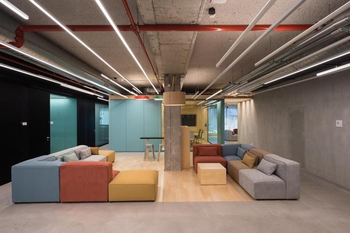 办公家具定制-温暖的色彩搭配粗矿的天花板,team 8办公空间欣赏