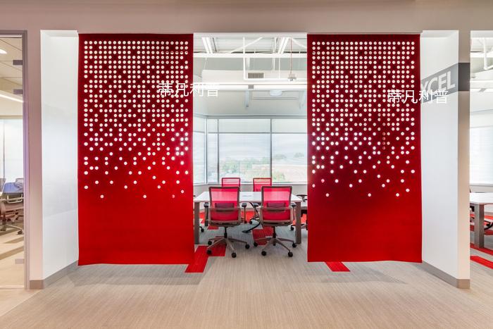 办公家具定制-红、木、白三色的黄金搭配,带来了精致的空间氛围